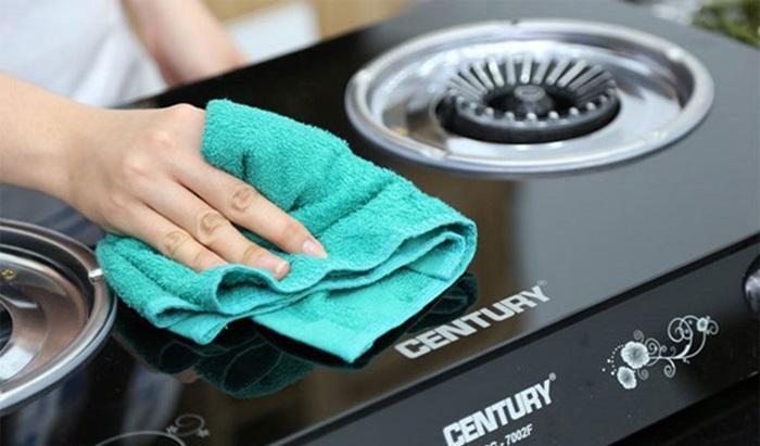 Lau nhẹ nhàng mặt bếp gas với nước ấm sẽ loại bỏ vết dầu mỡ bám dính nhanh chóng