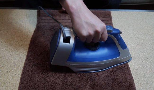 Dùng bàn ủi ủi lên khăn