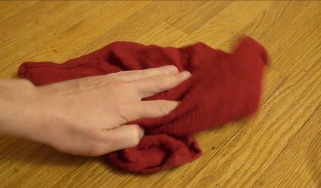Sau khi dùng bàn ủi để ủi, bạn lấy khăn lau sạch