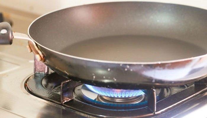 Nên để chảo chống dính ở nhiệt độ vừa phải khi chưa bỏ thức ăn lên