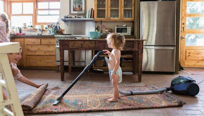 Dùng máy hút bụi hút nhẹ nhàng với những tấm thảm đắt tiền bạn nhé!