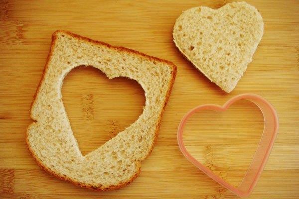 Sau đó lấy bánh mì ra khỏi lò nướng, dùng khuông tạo chúng thành hình trái tim.