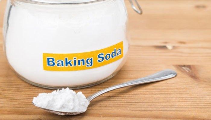 Baking soda làm sạch bề mặt bàn ủi nhanh chóng