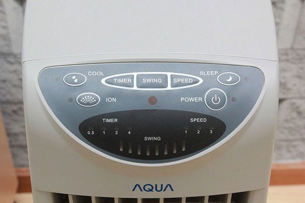 Hệ thống nút điều khiển trên quạt hơi nước Aqua đơn giản, dễ sử dụng