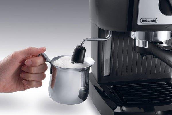 Vòi đánh sữa của máy pha cà phê cần được vệ sinh thường xuyên