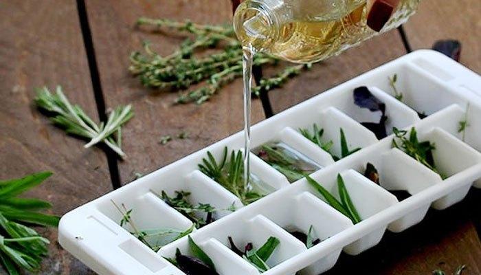 Ngoài ra, bạn có thể cho lá có mùi hương yêu thích vào khay đá, thêm nước rồi đặt vào ngăn đông tủ lạnh. Không khí thổi ra sẽ có mùi thơm dễ chịu đấy!