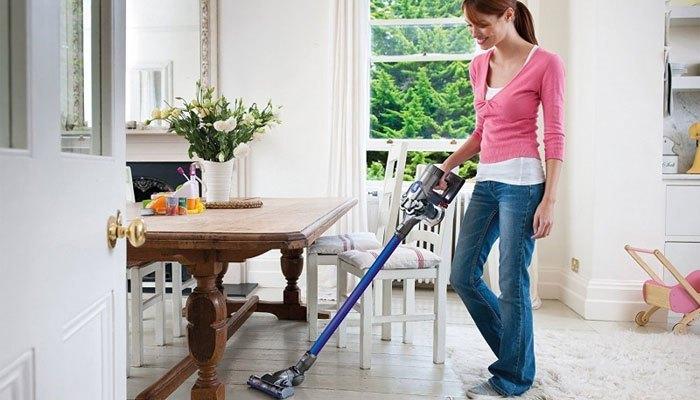 Bạn nên dùng máy hút bụi hằng ngày với phòng khách, phòng bếp
