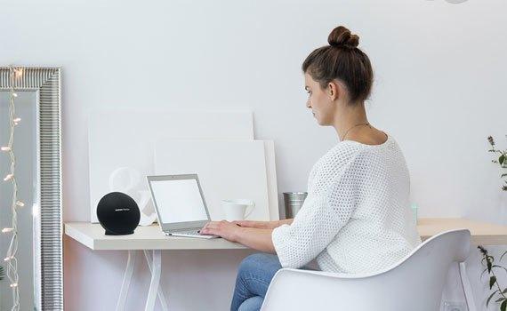 Loa Harman/Kardon Onyx Mini màu đen có thiết kế hiện đại, chuyên nghiệp