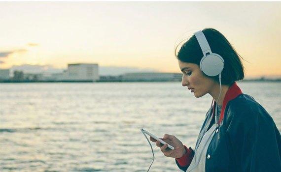 Tai nghe Sony MDRXB550APWCE màu trắng đệm tai vừa vặn, êm ái