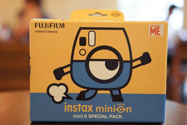 Fujifilm Instax Mini 8 Minion gây ấn tượng ngay tại phần hộp sản phẩm với tông vàng và xanh biển làm màu chủ đạo