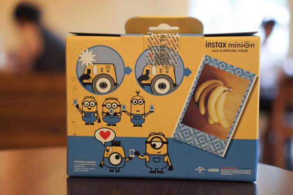 Mặt sau hộp đựng Fujifilm Instax Mini 8 Minion cũng dễ thương không kém với sự xuất hiện của nhiều chú Minion trong các hình thù ngộ nghĩnh