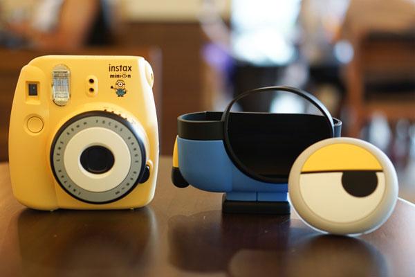 """Nhân vật chính của chúng ta đã xuất hiện rồi đây! Chiếc máy ảnh Fujifilm Instax Mini 8 Minion được trang bị """"lớp áo"""" cao su bảo vệ phía ngoài vô cùng bắt mắt với sự cách điệu ấn tượng"""