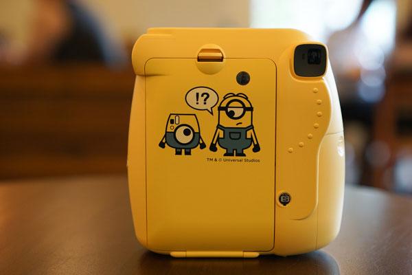Có thể thấy là Minion xuất hiện ở khắp mọi nơi, từ mặt trước cho đến mặt nắp đựng phim Instax của máy ảnh Fujifilm Instax Mini 8