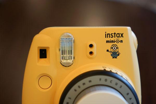 Hệ thống đèn Flash được trang bị choFujifilm Instax Mini 8 Minion hỗ trợ tối ưu trong việc chụp ảnh ở điều kiện thiếu sáng, khả năng hồi flash khoảng 0,2 đến 6 giây, độ tỏa hiệu quả từ 0,6 đến 2,7 m.