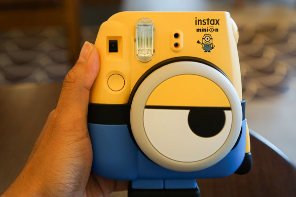 """Máy ảnh Fujifilm Instax Mini 8 Minion đã được """"mặc quần"""" và đeo """"mắt kính"""" trông vô cùng dễ thương"""