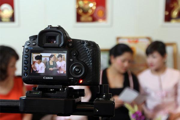 Mua máy ảnh có khả năng quay video nên chọn loại có jack cắm micro đầu vào
