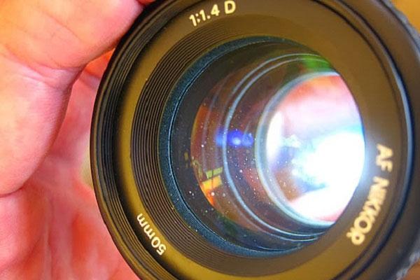 Không quan tâm đến độ ẩm khi bảo quản sẽ dễ làm ống kính máy ảnh bị mốc