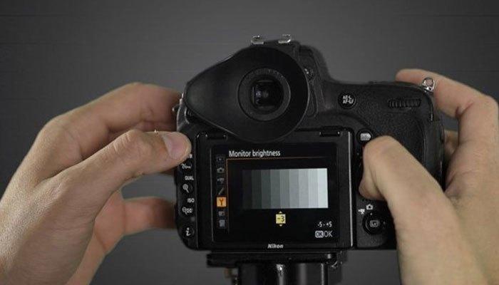 Giảm độ sáng màn hình để tiết kiệm pin máy ảnh