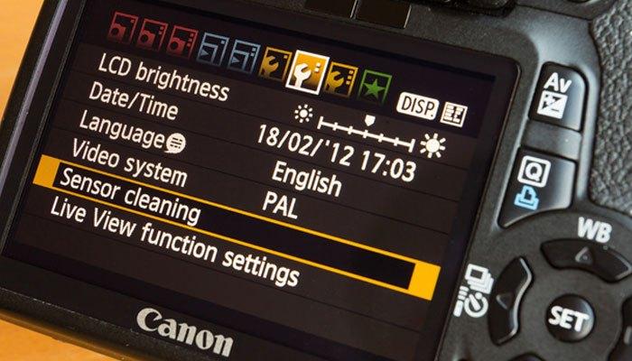 Tính năng vệ sinh cảm biến trên máy ảnh