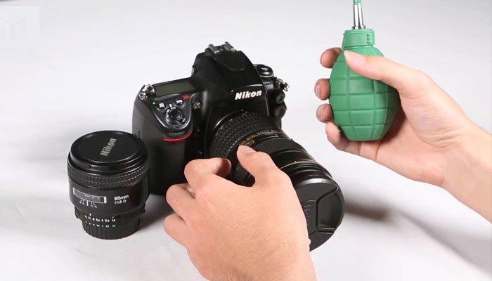 Dùng ống thổi vệ sinh cảm biến máy ảnh