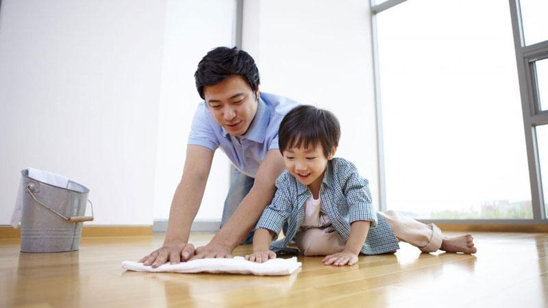 Nếu có con trai, hãy cùng cậu bé thực hiện để giúp con hiểu rằng việc thấu hiểu và giúp đỡ người phụ nữ là điều cần thiết
