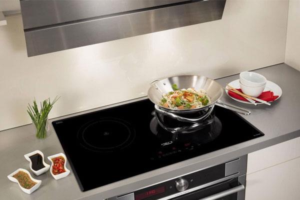 Bếp hồng ngoại có bề mặt bằng kính Schoot rất dễ vệ sinh