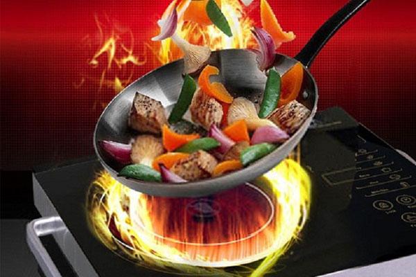 Nấu bếp ở nhiệt độ cao quá lâu cũng gây ra tình trạng nứt vỡ