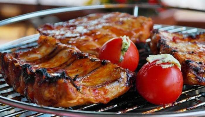 Không nên nướng những miếng thịt dày ở nhiệt độ cao vì chúng rất dễ bị cháy
