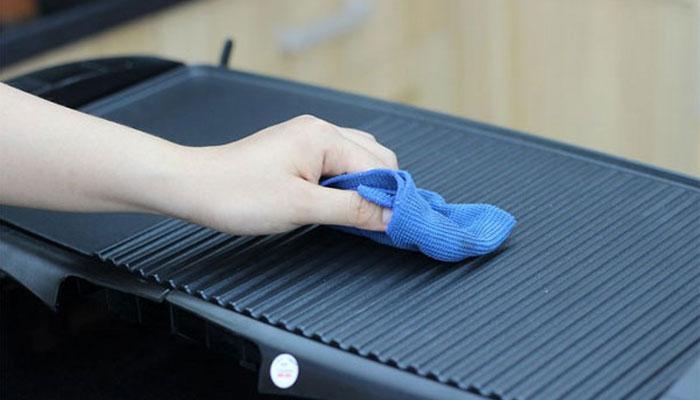 Vệ sinh bếp nướng điện sau khi dùng để tránh sự sinh sôi của vi khuẩn