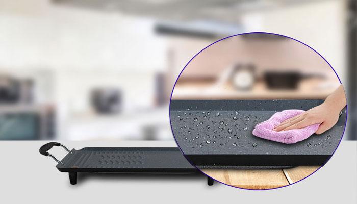 Bề mặt bếp chống dính bằng chất liệu ceramic điểm đá marble giúp vệ sinh dễ dàng