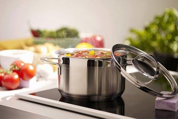 Chỉ cần một thanh nam châm là có thể biết chiếc nồi nào phù hợp với bếp điện từ ELectrolux nhà bạn