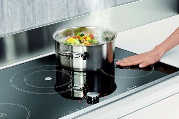 Bề mặt không tỏa nhiệt là điểm cộng của bếp điện từ Electrolux giúp bảo vệ an toàn người dùng