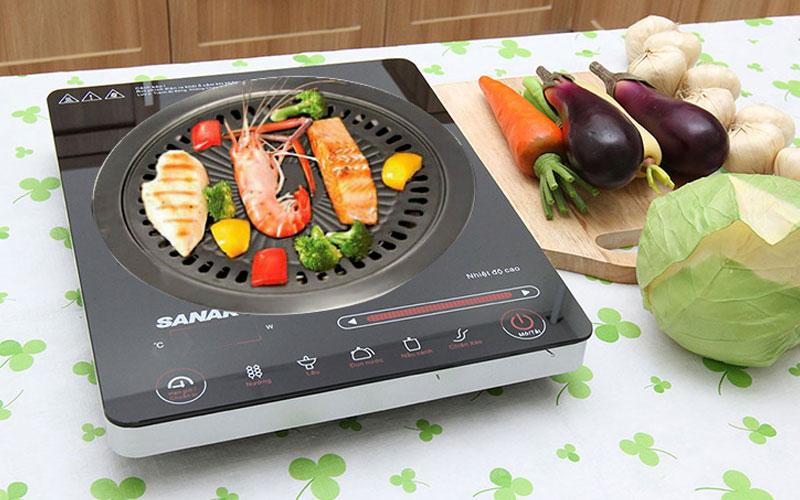Thực phẩm và bề mặt bếp sẽ ngăn cách với nhau qua vỉ nướng, giúp thức ăn chín hoàn hảo và vẫn bảo vệ được thiết bị tối ưu