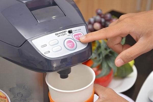 Chức năng tự làm nóng nước của bình thủy điện sẽ giúp bạn luôn có nước nóng uống không phải chờ đợi lâu