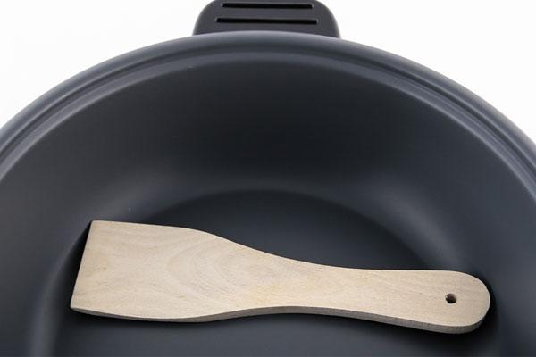 Lớp chống dính của lòng nồi lẩu điện sẽ dễ bị bong tróc nếu bạn dùng vật dụng nấu ăn bằng kim loại