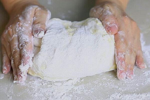 Bột phải được nhào thật mịn để món bánh ra lò thật ngon và vừa ăn