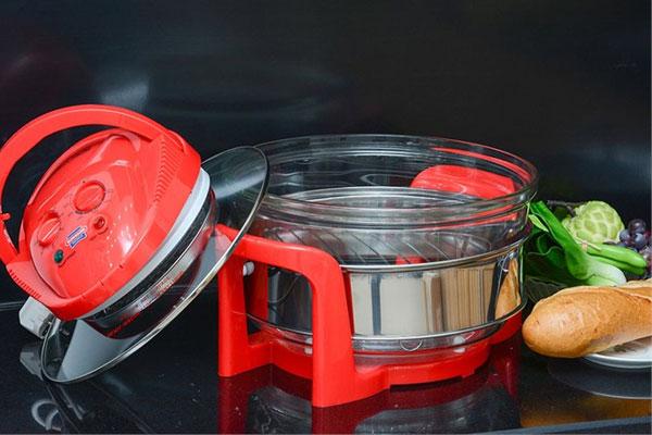 Lau sơ lò nướng thủy tinh bằng khăn mềm ẩm sẽ giúp bảo đảm vệ sinh cho thực phẩm khi chế biến