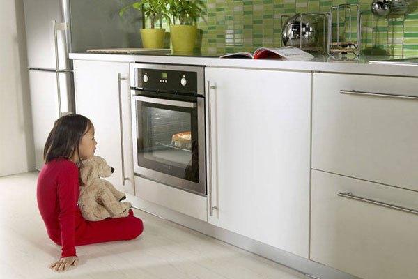 Gian bếp nhà bạn trông thật hiện đại và bắt mắt với sự góp mặt của lò nướng âm tủ