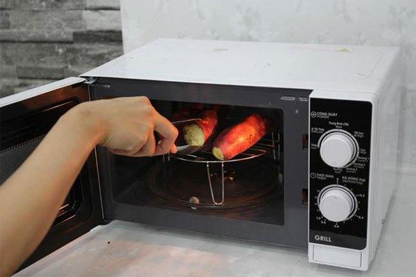 Lò vi sóng có kèm chức năng nướng cũng rất được ưa chuộng hiện nay nhờ việc tích hợp nhiều tính năng trong 1 sản phẩm