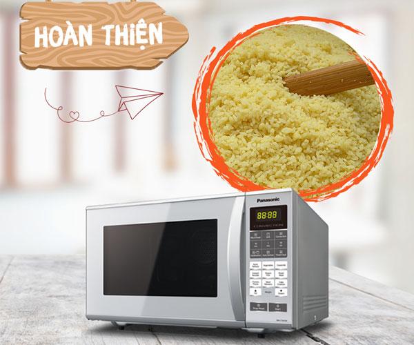 Bây giờ bạn chỉ cần nấu hỗn hợp gạo nếp và đậu xanh thêm 1 lần nữa trong lò vi sóng là hoàn thành rồi!