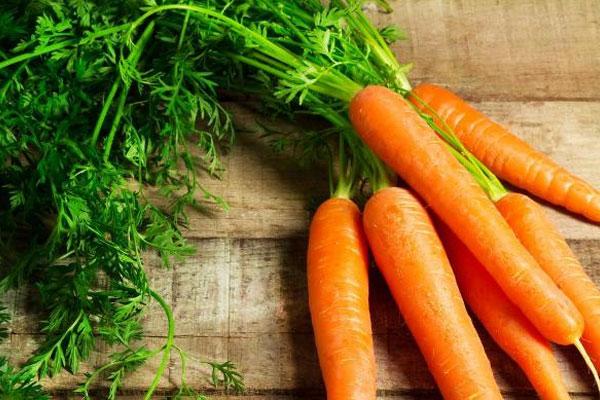 Cà rốt rất giàu beta-carotene tốt cho mắt, giúp giải độc gan và túi mật. Tuy nhiên trong cà rốt cũng có khá nhiều đường nên bạn không nên lạm dụng.