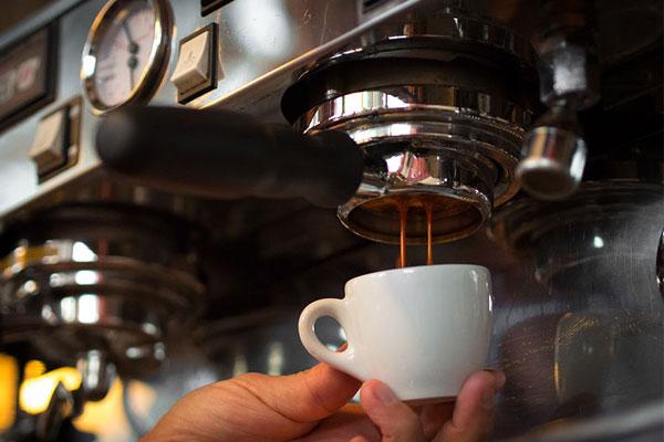 Kiểm tra cà phê và nguồn cấp nước của máy