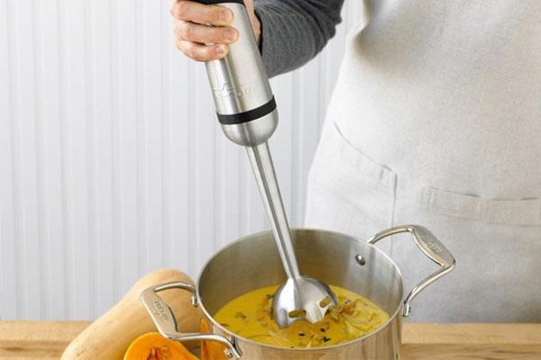 Bạn có thể sử dụng máy xay cầm tay nếu nhà có em bé cần xay các loại cháo, súp nóng