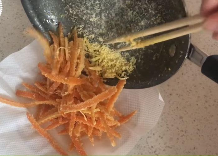 Trải giấy ăn ra đĩa, cho mứt vỏ cam vào và để nguội. Bạn bảo quản bằng cách cho vào hộp kín.