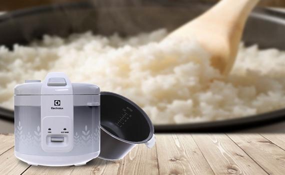 Nồi cơm điện Electrolux ERC3305 phần lòng được làm bằng nhôm chống dính, an toàn sức khỏe