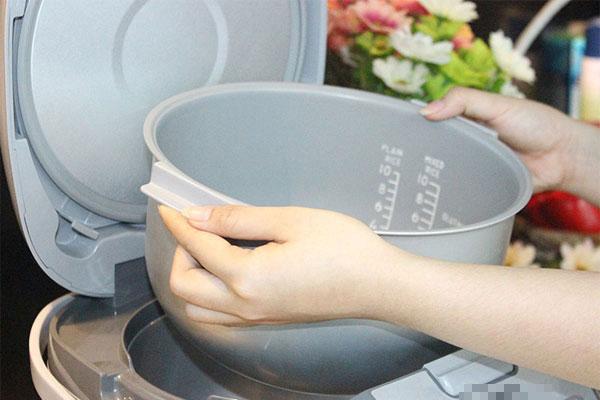 Phát hiện đáy nồi cơm điện bị cong vênh cần xử lý kịp thời để tránh ảnh hưởng đến việc nấu cơm