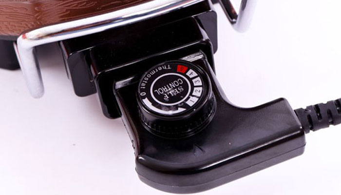 Nút điều khiển cho bạn chủ động cài đặt nhiệt độ nồi lẩu điện