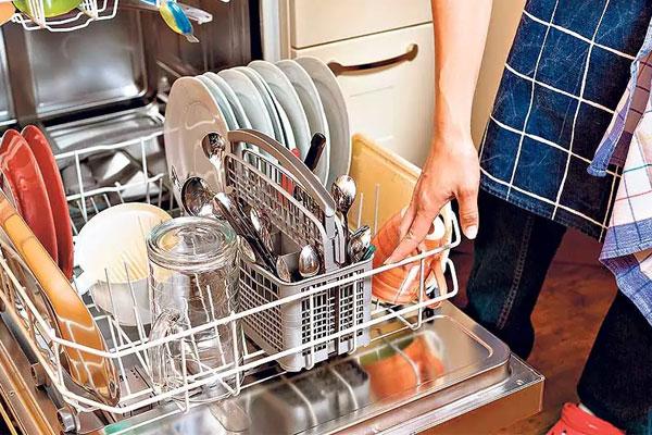 Máy rửa chén giúp mẹ xử lý mớ chén bát ngổn ngang sau những bữa ăn nhanh chóng hơn. Nếu có điều kiện kinh tế 20/10 này, bạn hãy tặng mẹ nhé!