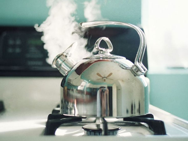 Nước càng nóng càng giúp bạn vệ sinh kiềng bếp gas dễ dàng.