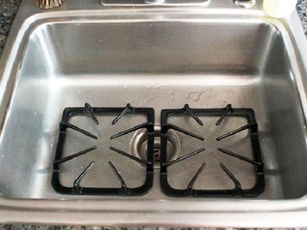 Sau đó, bạn cho kiềng vào bồn rửa đủ rộng, đậy nắp cống rồi dội từ từ nước sôi lên chúng.